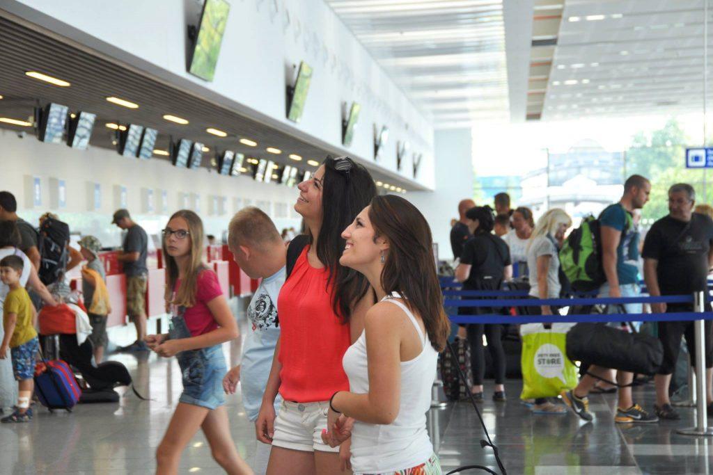 Новият пътнически терминал на летище Бургас е препълнен през лятото. Скоро може да се наложи допълнително разширение, за посрещане на пътникопотока през летните месеци.