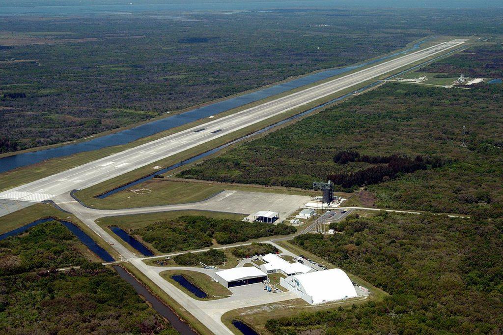 Това е пистата за кацане на космическите совалки във Флорида с дължина над 5000 метра и широчина над 100 метра