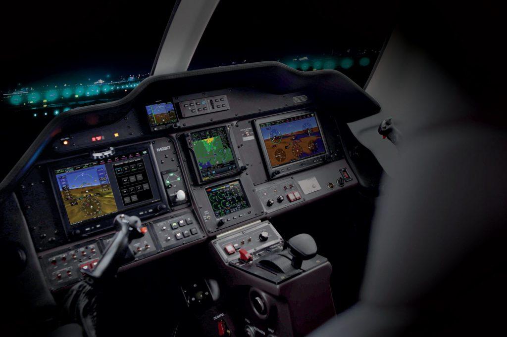 Stratos 714 има интуитивен сайдстик контрол, интегриран стъклен панел за авиониката и полетен компютър, които дават пълен контрол на пилота.