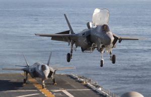 F-35B захожда за кацане на самолетоносача USS America
