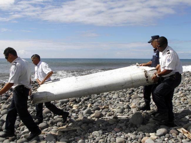 Това е един от откритите отломки на остров Реюнион - флаперон от крилото на 777.