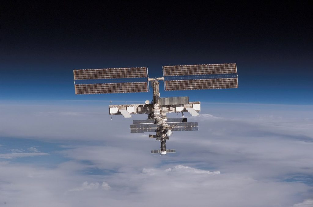 Международната космическа станция е също съвместна инициатива на САЩ, Русия и Европейската космическа агенция