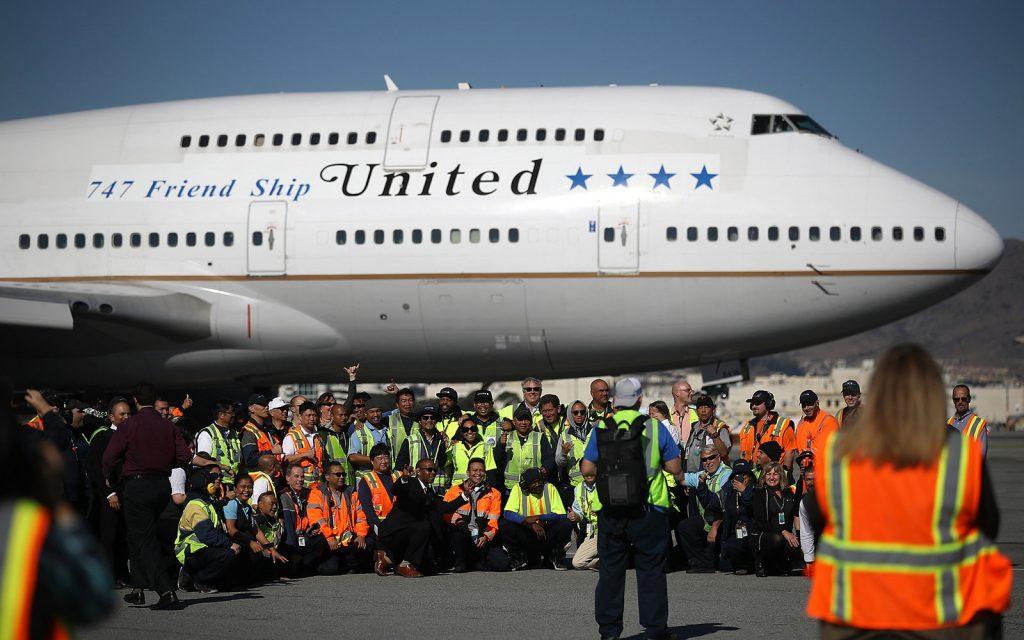 За последно сбогом, служителите на компанията се събраха за обща снимка и лепнаха стикери с оригиналното лого на авиокомпанията