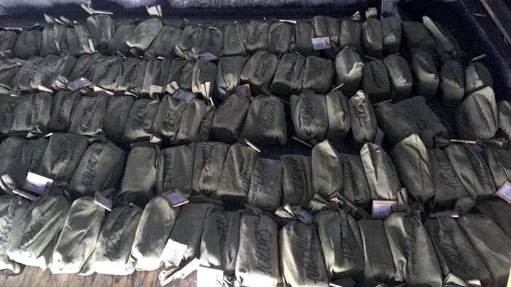Част от опакованите златни кюлчета, които не са успели да изпаднат от самолета