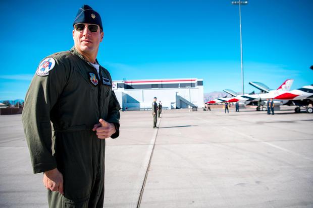 Майор Стивън дел Баньо, Thunderbird 4 пилот, се подготвя за качване в своя изтребител F-16 Fighting Falcon по време на наземна подготовка в базата Нелис, Невада (26 януари 2018)  (U.S. Air Force Photo by Master Sgt. Christopher Boitz)