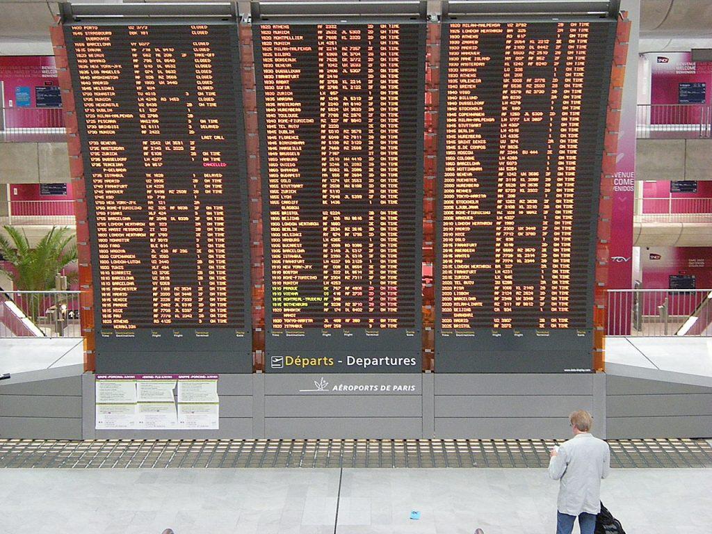Емблематичното табло със заминаващите полети, което ви посреща веднага след влизане в терминалите на Роаси от железопътната гара на летището, обслужващата високоскоростните влакове TGV.