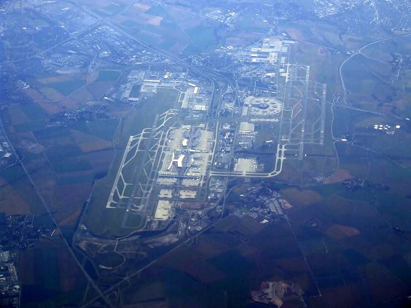 Гледано от високо, летище Роаси - Шарл дьо Гол е като малък град - 7 терминала и безброй самолетни стоянки. В момента третото по натовареност в Европа.