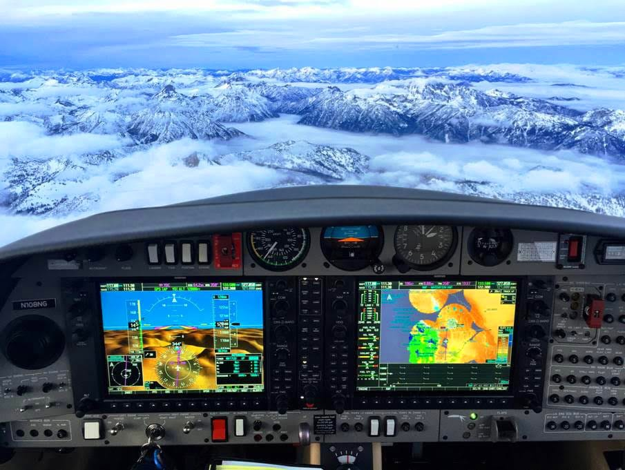 Авиониката на DA-42 е напълно стъклен кокпит от Garmin или Avidyne по желание на клиента