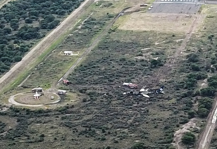Мястото на катастрофата и разположението на останките от самолета спрямо прага на пистата на летището в Дуранго. (Снимка: KEVIN ALCANTAR/AFP/Getty Images)