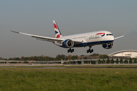 Лондон, Великобритания: Boeing 787-9 на British Airways каца на Хийтроу на 30 септември 2015