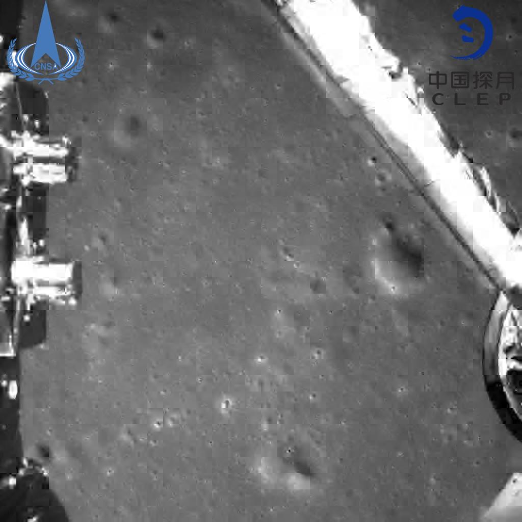 Снимка, направена от една от широкоъгълните камери на борда на Чанг'е-4 по време на кацането на лунната повърхност.