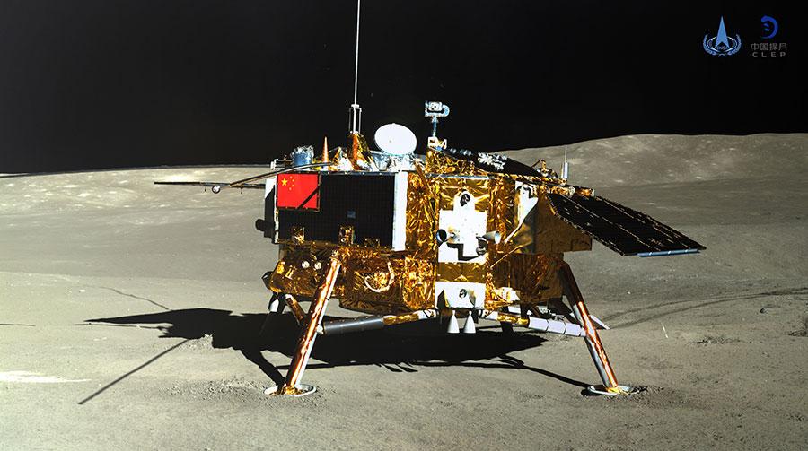 Една от камерите с висока резолюция на лунохода Юту-2 е направила тази снимка на спускаемия апарат, брандиран с китайското знаме. Сенките са от 5-метровите антени на нискочестотния радиоспектрометър на борда.