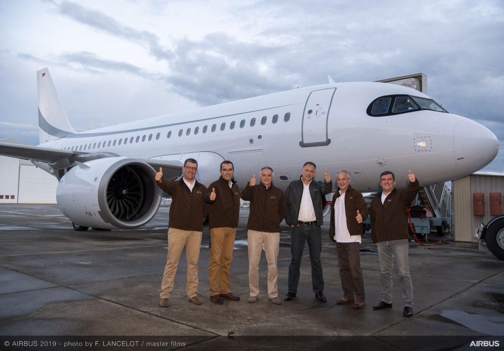 Пет-членния екипаж на тестовия полет, заедно с пилота и Главен изпълнителен директор на K5 Aviation Ерик Шайд
