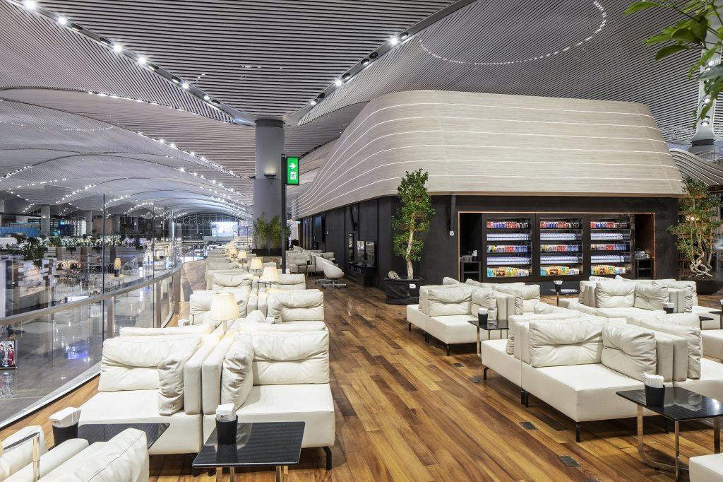 Business Lounge има претенции да е най-големият летищен бизнес салон в Европа, разположен на две нива и безброй възможности за почивка, развлечение и класна храна