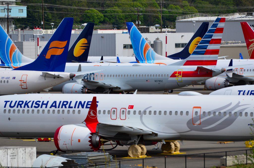 Паркингът пред завода на Боинг в Рентън, Вашингтон, е вече препълнен от чакащи доставка MAX-ове, като компанията започна да изпраща новопроизведени самолети на съхранение и в Аризона