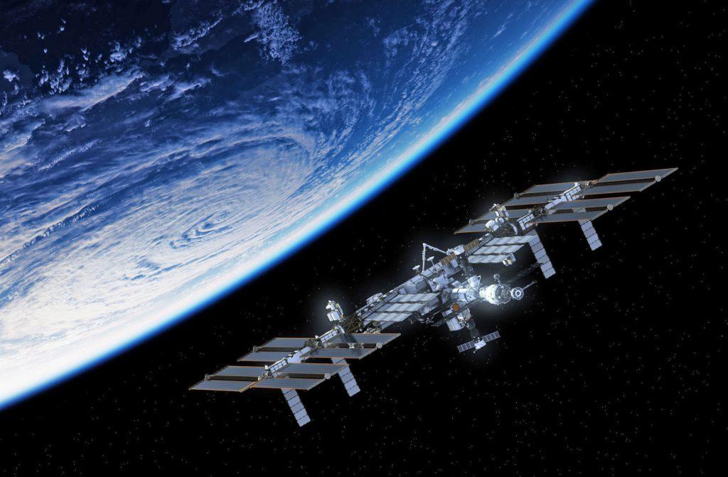 МКС е най-големият изкуствен спътник на Земята и обект в околоземна орбита. При ясно време станцията се вижда с невъоръжено около на фона на звездното небе.