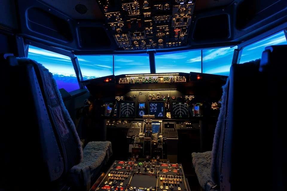 Оборудването на симулатора е напълно реалистично, включващо всички бордни системи и хидравлично силово управление