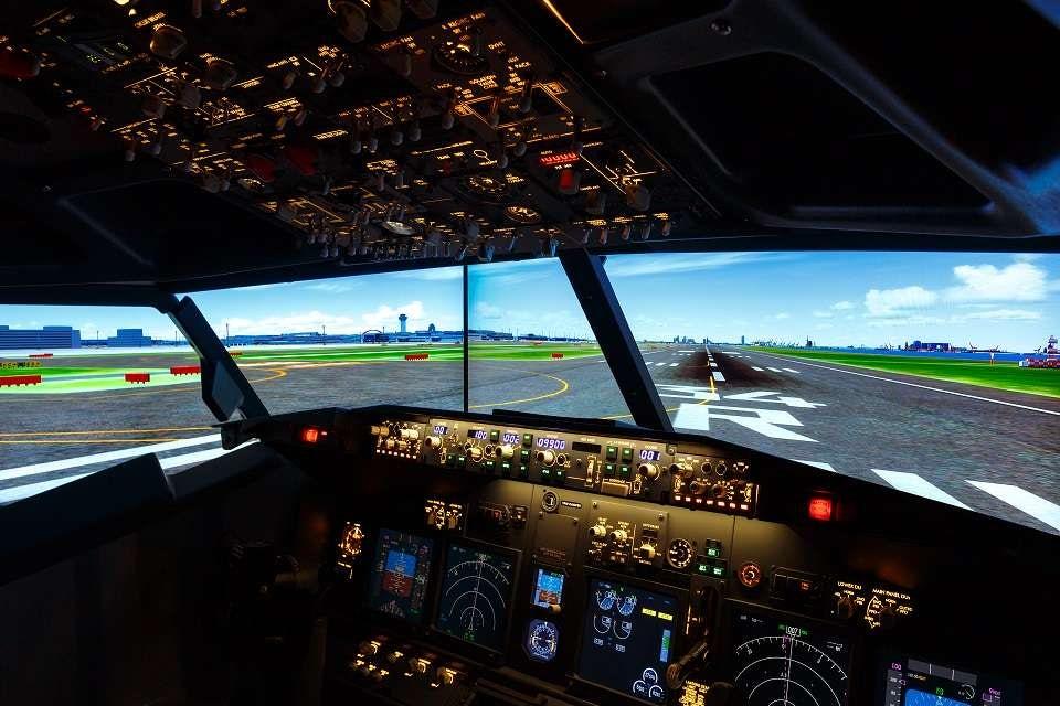 Симулаторът пресъздава пилотската кабина на Боинг 737-800 в пълен размер