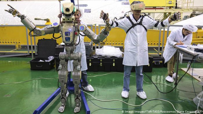 Екипите в Байконур подготвят роботът Фьодор за предстоящото пътуване до МКС