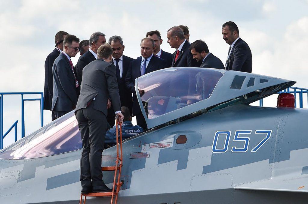 Президентите на Русия и Турция разглеждат Су-57 на авиосалона МАКС. Снимка: страницата на МАКС във Фейсбук.