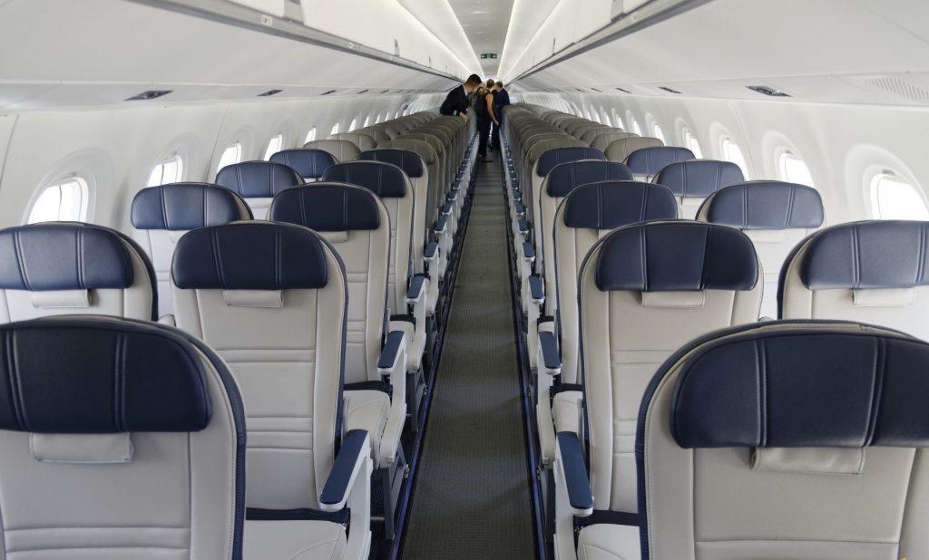 Конфигурацията на пътнически салон е в традиционния за Ембраер 2+2 седалки вариант.