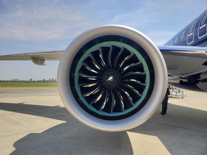 Самолетът е оборудван с двигателите Pratt & Whitney PW-1900G с тяга от 85 до 102 килонютона. Самолетът има максимална излетна маса от 61500 кг, максимална скорост от 833 км/ч, салечина на полета до 4800км и каталожна цена от около $60 милиона