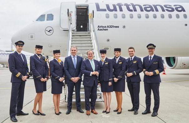 CEO-то Карстен Шпор и екипажа на новия А321neo в Дюселдорф