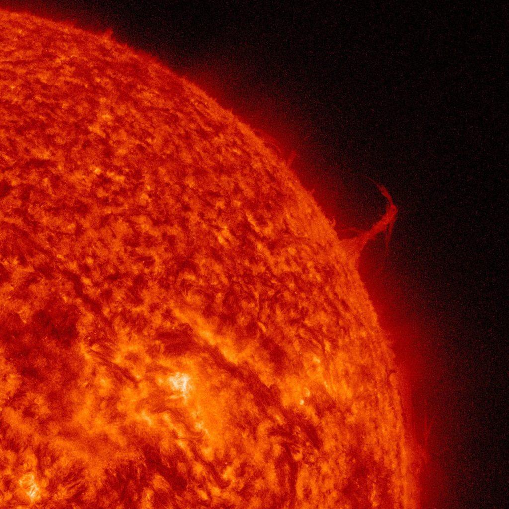 Снимката е направена от Обсерваторията по слънчева динамика на НАСА през 2015, когато огромен стълб плазма, приличащ на Айфеловата кула, се изстрелва от Слънцето. Огромният му размер е няколко пъти по-висок от диаметъра на Земята, като изригването продължава около два дни.