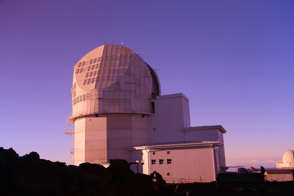 Това е слънчевият телескоп DKI, разположен на върха на вулкана Халекайа на хавайския остров Мауи. Четириметровото му огледало го прави най-големият слънчев телескоп в света.