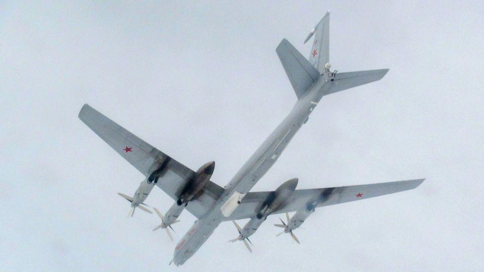 Ту-142 е версията за морско патрулиране, докато Ту-95 е стратегическия бомбардировач с обхват на действие от над 12000км.