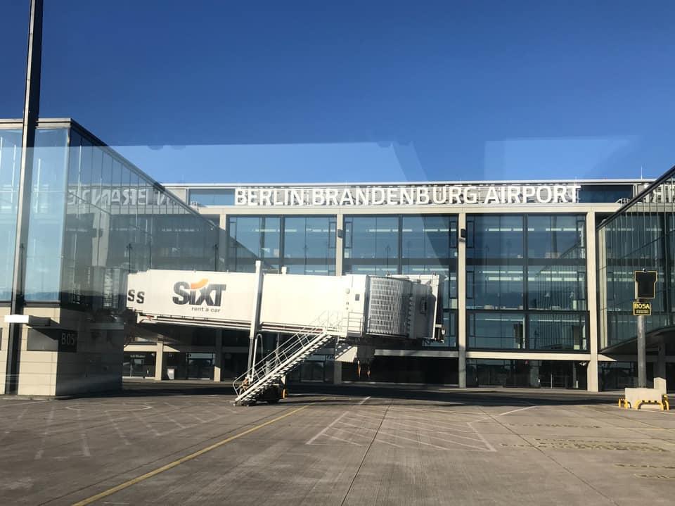 Новото летище Берлин - Бранденбург е напълно завършено още през 2010 година, като от тогава официалното откриване е многократно отлагано поради редица проблеми със строителното изпълнение на проекта