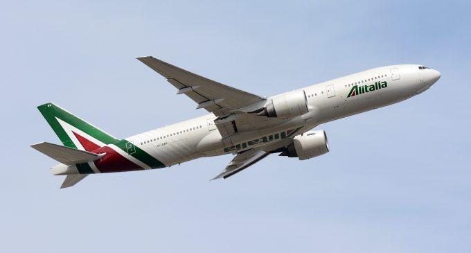 Alitalia ще се лиши от единствения си останал Боинг 777-300ER заради свиването на азиатските полети. Компанията лети още с В777-200 /на снимката/, А330, А320 и Е190