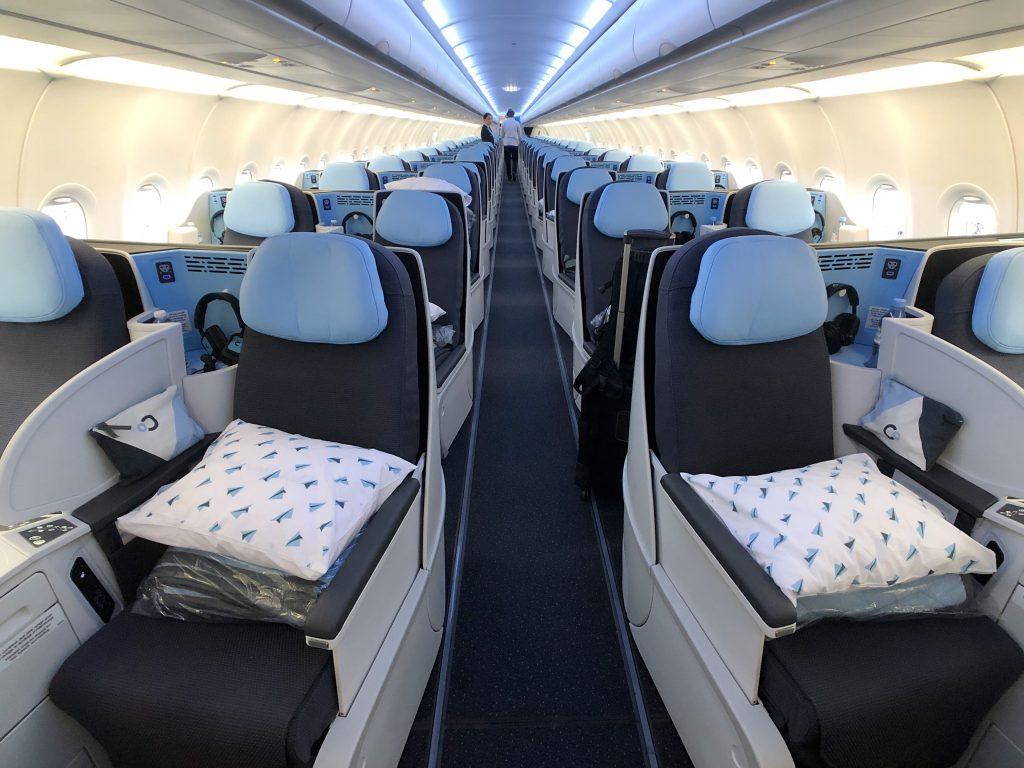 Салонът на самолетите на La Compagnie са изцяло конфигурирани в Бизнес Класа с луксозни седалки превръщащи се в хоризонтални легла