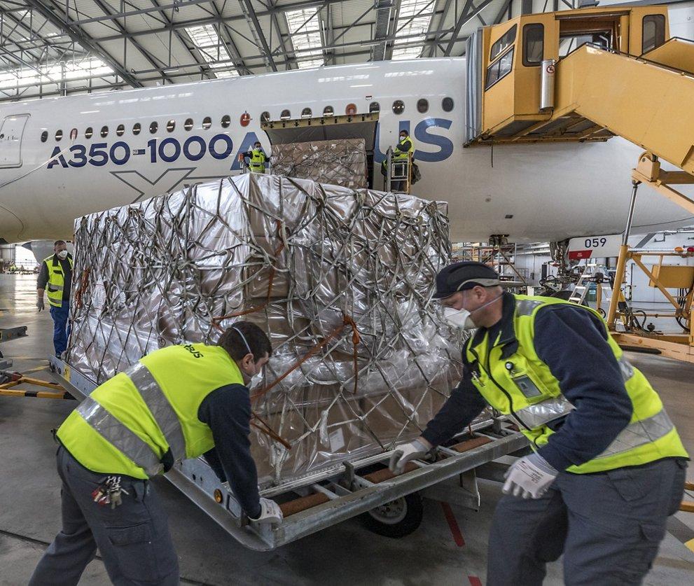 Airbus A350-1000 разтоварва маски на летището в Хамбург. Снимка: Airbus