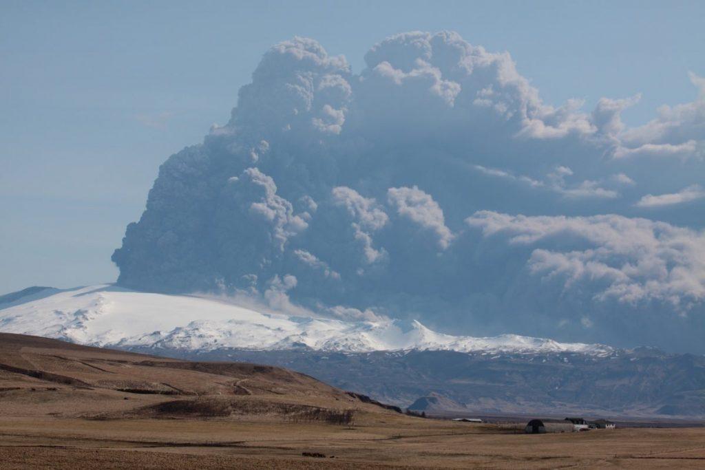 Вулканът с непроизносимото име, който изхвърли стълбове пепел до 10км височина