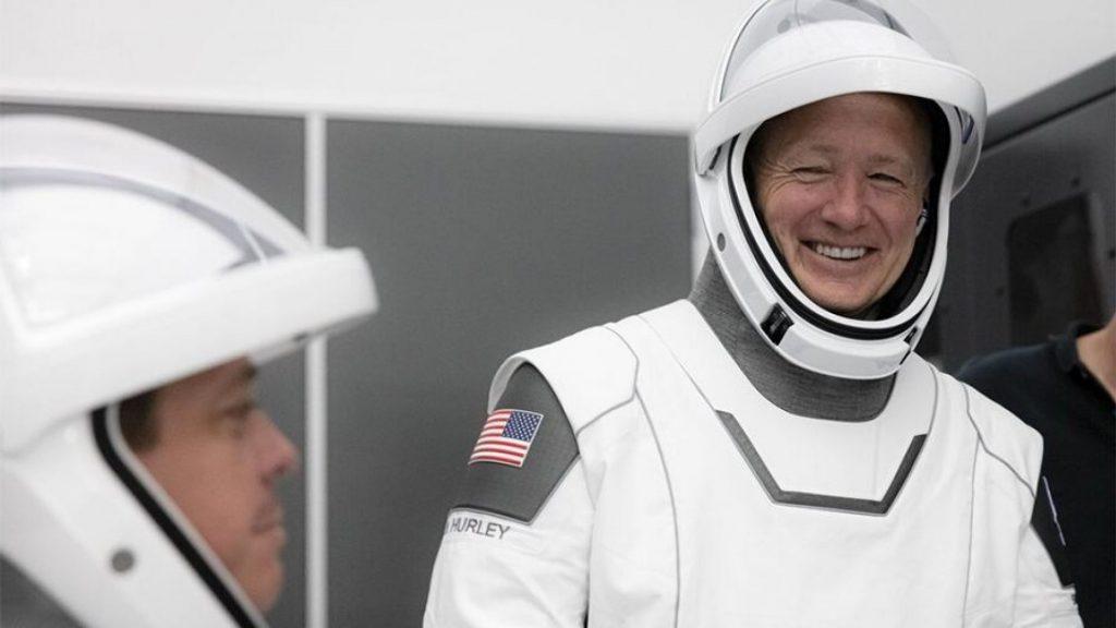 Астронавтите, които ще полетят на Crew Dragon Demo-2, по време на тренировки през март 2020 в Кейп Канаверал и пълна симулация на полета, насрочен за 27 май 2020.