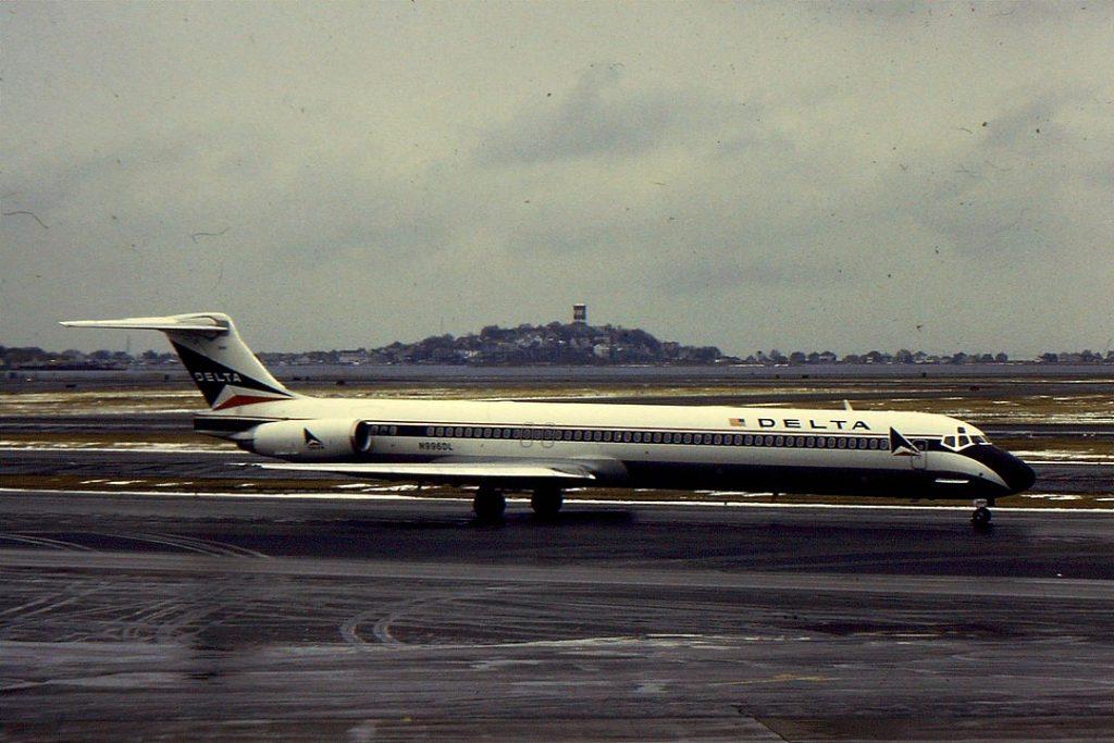 MD-88 в старата окраска на Delta. На снимката горе е MD-90 в актуалната ливрея