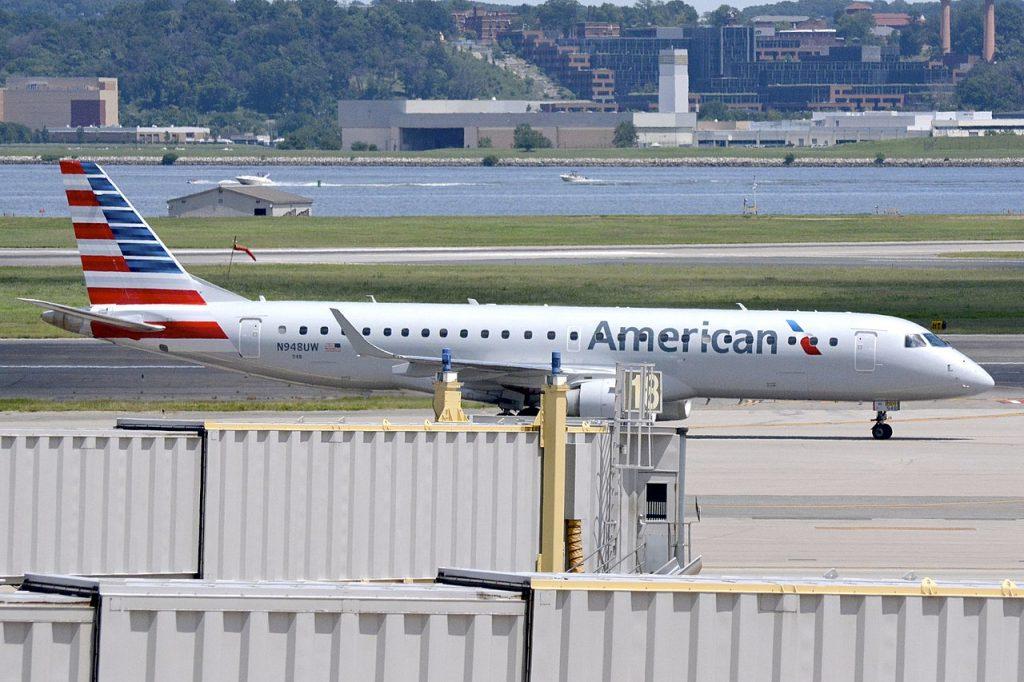 Embraer E-190 също идва в American в наследство от US Airways, където е наличен от 2006-а