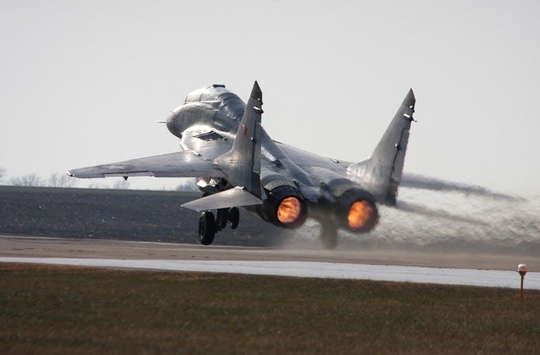 Преди покупката на австралийските Ф-18 най-екстравагантната покупка на Кърлин са не един, а цели 4 МиГ-29. Той е първият частен собственик на такъв самолет в САЩ