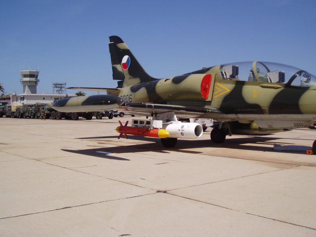 L-29 от състава на Air USA оборудван с тренировъчна цел за изстрелване във въздуха, по време на учение край Окинава, Япония