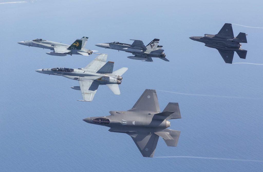 Австралийските F/A-18 A/B по време на съвместни учения с новите попълнения F-35