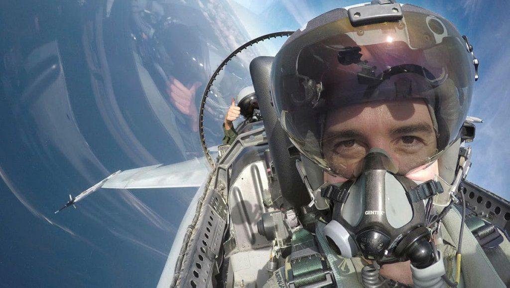 Пилот от австралийските ВВС с вграден в шлема JHMCS
