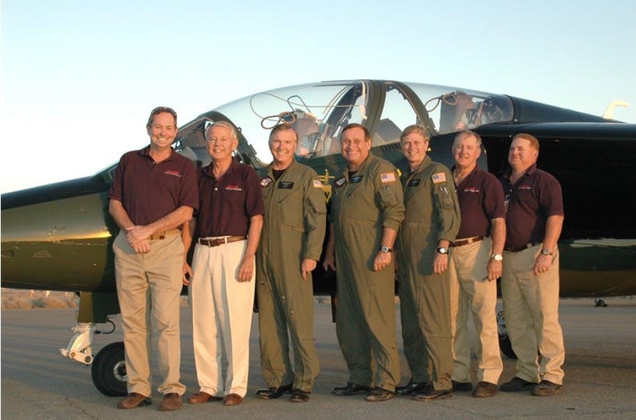 Дон Кърлин /първият от ляво/ и част от неговия екип в Air USA