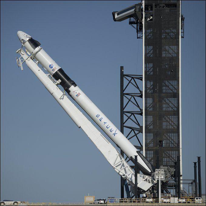 Изправянето на ракетата-носител, заедно с пилотирания кораб на площадка 39А в Кейп Канаверал, мястото на старта на мисиите Аполо
