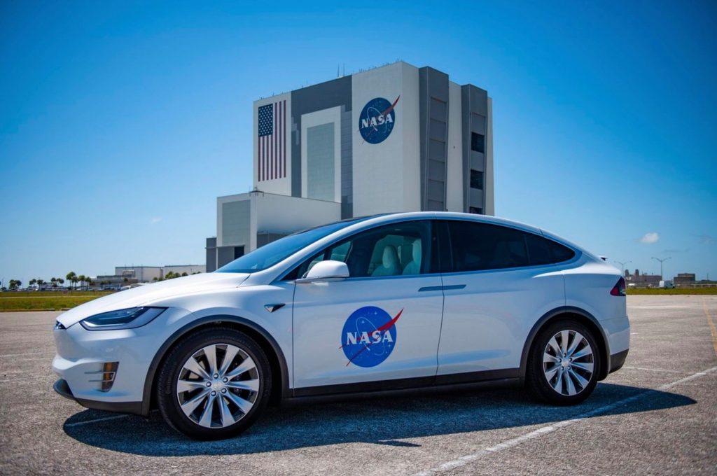 Тази Tesla Model X, вече известна като Astro-Tesla е автомобилът, с който ще се превозват астронавтите на пилотираните кораби Crew Dragon от Центъра за управление в Кейп Канаверал до стартовата площадка, разположена на 9 мили разстояние