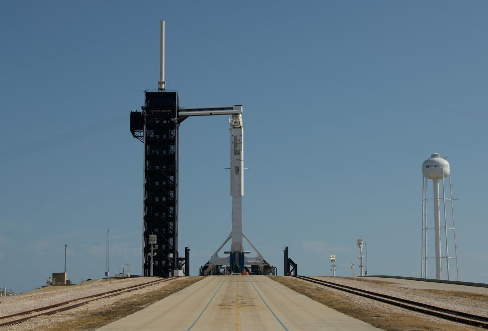 Crew Dragon & Falcon-9 готови за предстартовото броене
