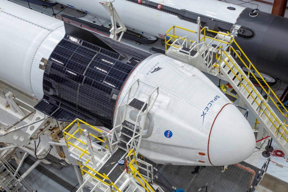 Сглобяването на пилотирания кораб към ракетата носител, което се осъществява директно на стартовата площадка
