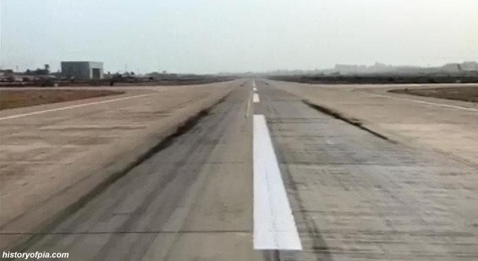 PK8303: Ясно видими са следите от опирането на двигателите по писта 25L на летището в Карачи