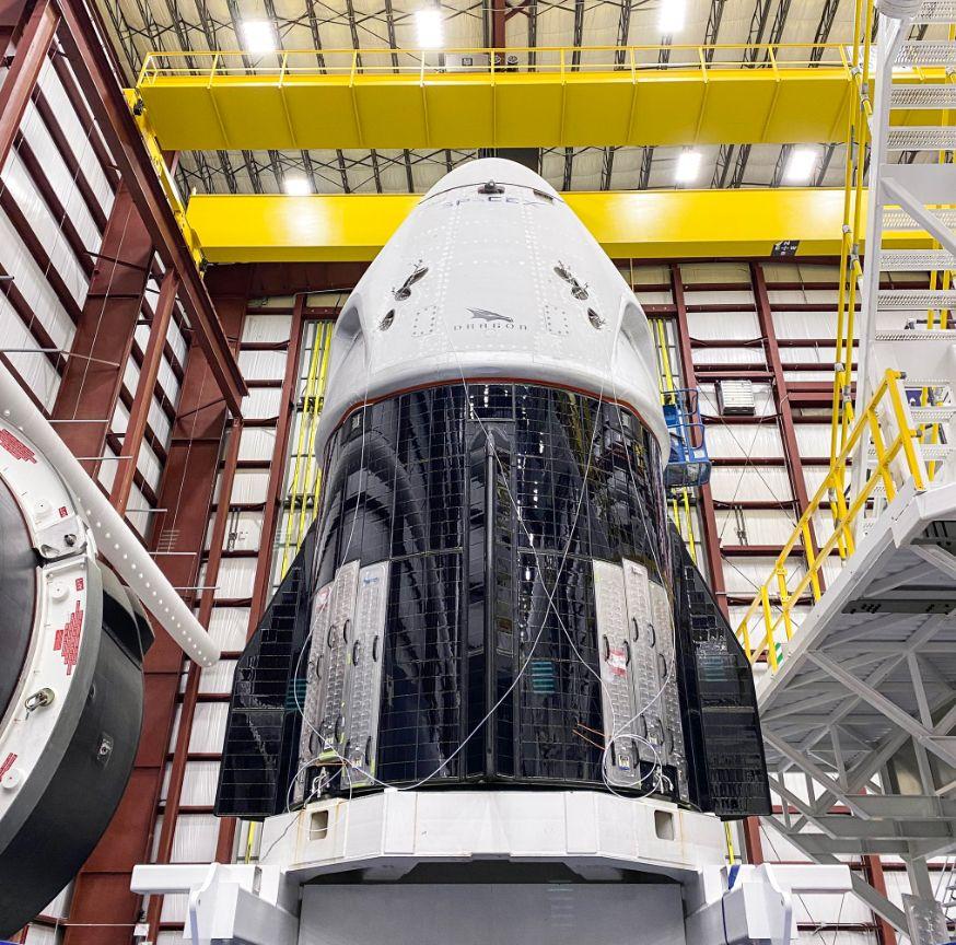 Близък план на кораба Crew Dragon преди да бъде монтиран на върха на ракетата-носител Falcon-9