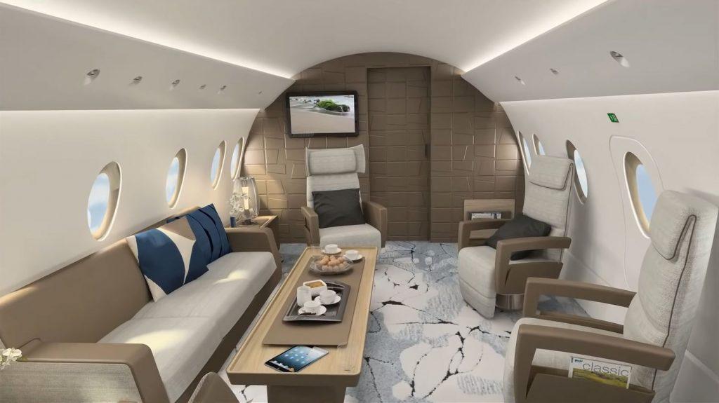 Продължаваме назад под извития самолетен таван и стигаме в нещо, което може да се определи като луксозна трапезария.